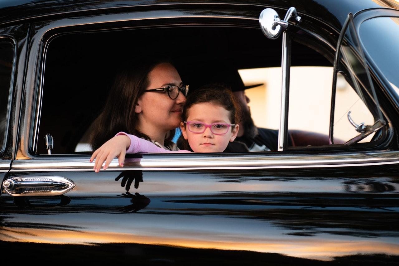 Como manter as crianças felizes em uma longa viagem de carro (Foto de Tim Mossholder no Pexels)