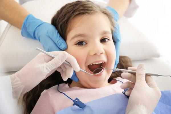depositphotos_118111558-stock-foto-dentista-examinando-meninas-dentes